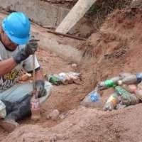 ใช้ขวดน้ำพลาสติกที่ได้ระหว่างน้ำท่วมมาทำประโยชน์